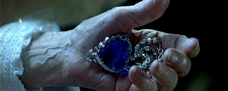 Rose Dawson holding the Heart Of The Ocean diamond necklace